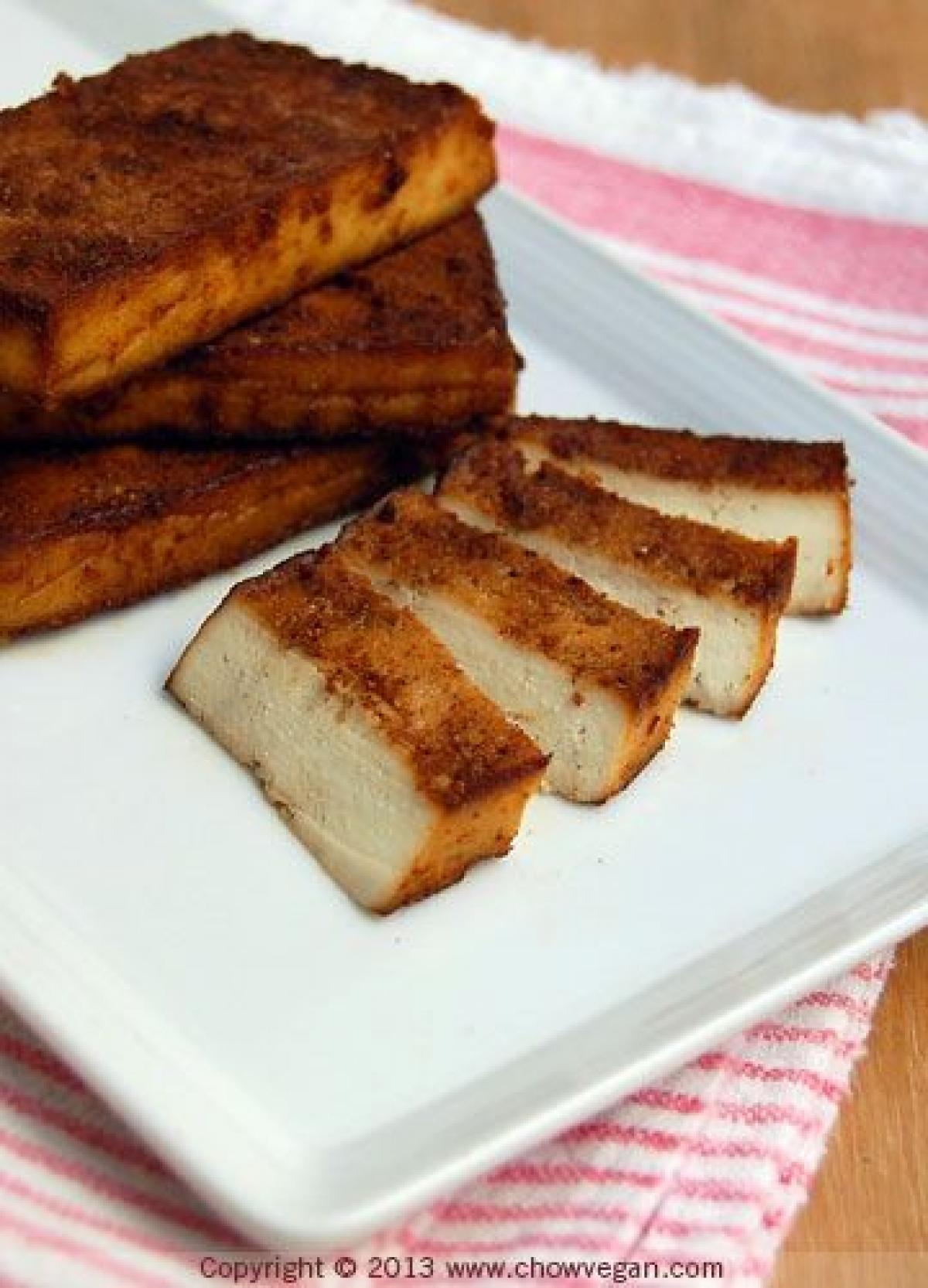 Pão integral com patê de tofu fumado, shitake e aramé